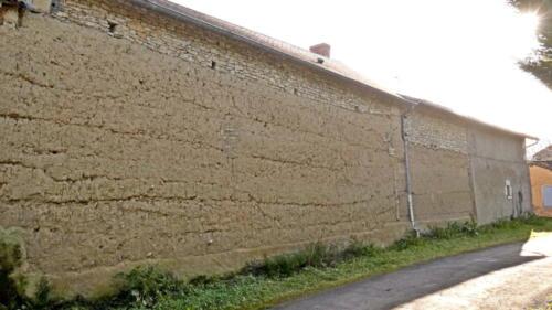 Maison en terre crue la plus haute du village d'Ouzilly-Vignolles. 10 levées successives en bauge d'environ 0,40 mètre.