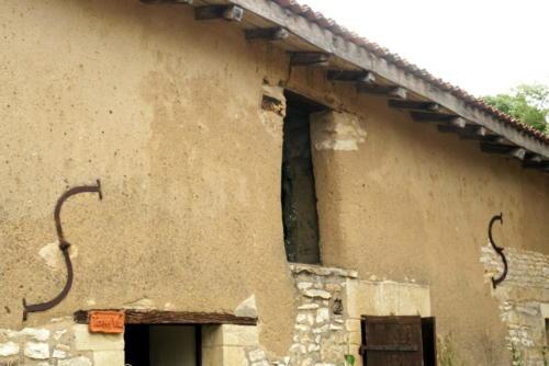 Logis Terra Villa réhabilitation du mur en bauge de la façade avant.