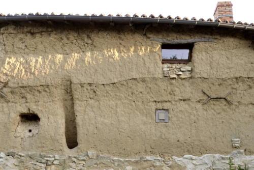 Maison en terre crue chez Gilbert - détails des ouvertures et aérations.