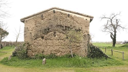 Logis Terra Villa empreinte d'une ancienne dépendance appuyée sur le mur en bauge du pignon.